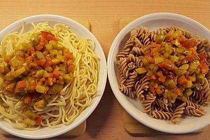 Zucchini-Möhren-Nudeln mit einer cremigen Sauce 15