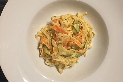 Zucchini-Möhren-Nudeln mit einer cremigen Sauce 18