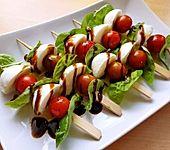 Tomaten-Mozzarella Spieße mit Vollkornbrot (Bild)