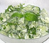 Gurkensalat mit Baslikum Creme fraîche (Bild)