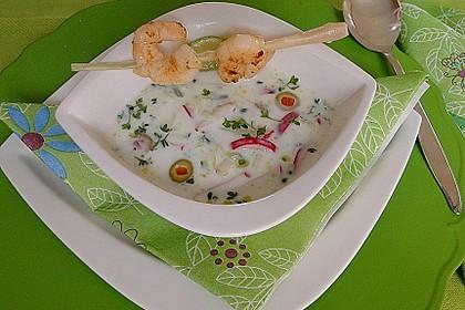 Pikante Buttermilch-Kaltschale mit Zitronengras-Garnelenspieß