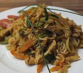 Gebratene Nudeln mit Gemüse und Huhn (Bild)