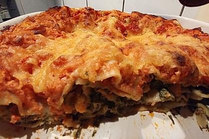Vegetarische Spinat-Gemüse-Lasagne mit Tomatensoße (Bild)