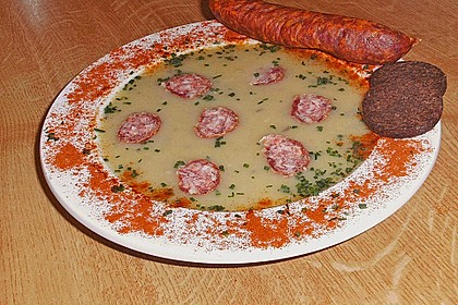 Deftige Kartoffelsuppe mit geräucherten Mettwürstchen oder Cabanossi