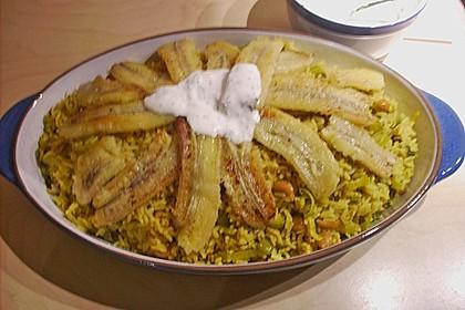 Curryreis mit gebratener Banane und Joghurtsoße