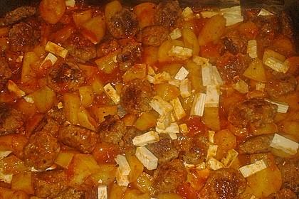 Deutsche Hackbällchen auf italienischen Ofenkartoffeln und Tomaten 3