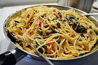 Nudeln mit Spinat, Schafskäse und Tomate 14