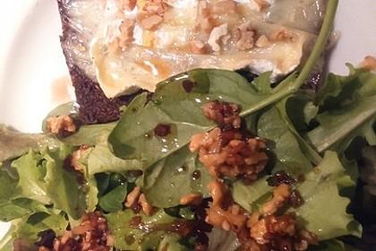 Flüssiger Camembert auf krossem Pumpernickel mit Walnuss-Feldsalat 1