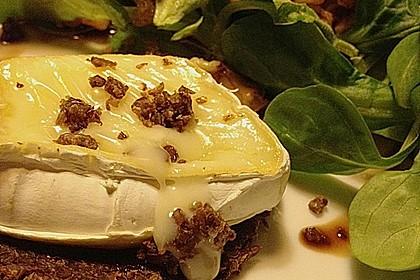 Flüssiger Camembert auf krossem Pumpernickel mit Walnuss-Feldsalat