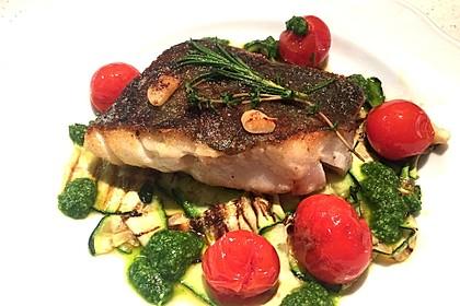 Auf der Haut gebratenes Fischfilet auf gegrilltem Zucchinigemüse mit Bärlauchpesto und marinierten Tomaten 1