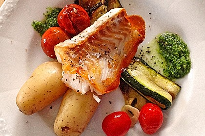 Auf der Haut gebratenes Fischfilet auf gegrilltem Zucchinigemüse mit Bärlauchpesto und marinierten Tomaten 3