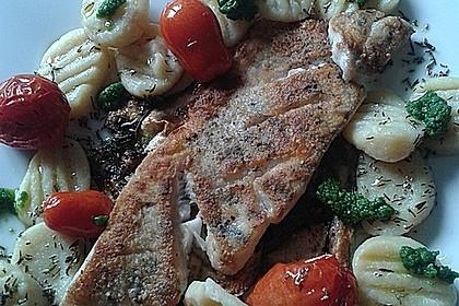 Auf der Haut gebratenes Fischfilet auf gegrilltem Zucchinigemüse mit Bärlauchpesto und marinierten Tomaten 8