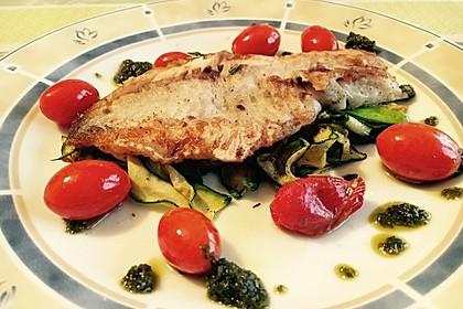 Auf der Haut gebratenes Fischfilet auf gegrilltem Zucchinigemüse mit Bärlauchpesto und marinierten Tomaten 5