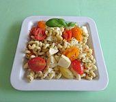 Nudeln mit Tomaten-Mozzarella (Bild)