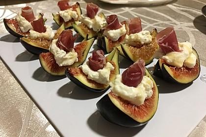 Ziegenfrischkäse mit Honig und Serranoschinken auf frischer Feige