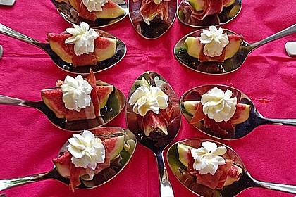 Ziegenfrischkäse mit Honig und Serranoschinken auf frischer Feige 1