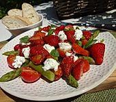 Spargelsalat mit marinierten Erdbeeren (Bild)