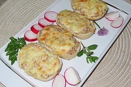 Überbackene Brötchen mit Käse-Salami-Aufstrich (Bild)