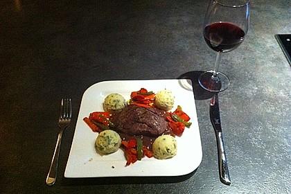 Rinderfilet an Rucola-Kartoffelstampf mit gebratenen Paprika und Rotweinsauce