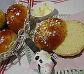 Finnische kleine süße Brötchen (Pikkupullat) (Bild)