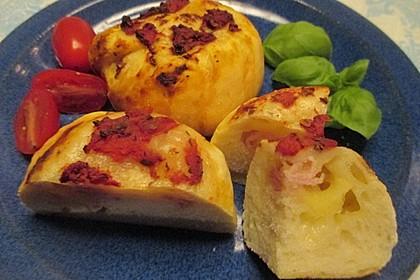 Gefüllte Pizzabrötchen mit Schinken und Käse