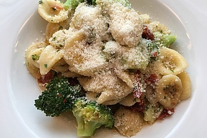 Pasta mit Brokkoli, Sardellen, Chili und Knoblauch (Bild)