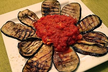 Gegrilltes Auberginen-Carpaccio mit scharfer Tomatensalsa 2