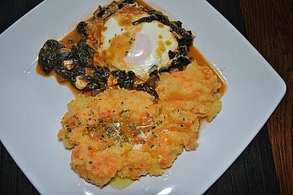 Türkische Eierpfanne mit frischem Spinat (Bild)