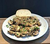 Frische Champignons mit Zwiebeln gebraten (Bild)