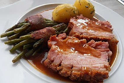 Bayerischer Schweinebraten mit Kruste und Dunkelbiersauce 1