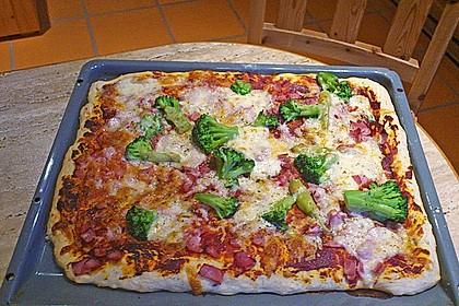 Pizza mit Brokkoli und Schinken