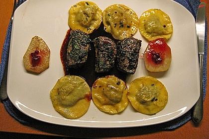 Rehmedaillons in Streuseln vom schwarzen Trüffel an Rotweinsauce