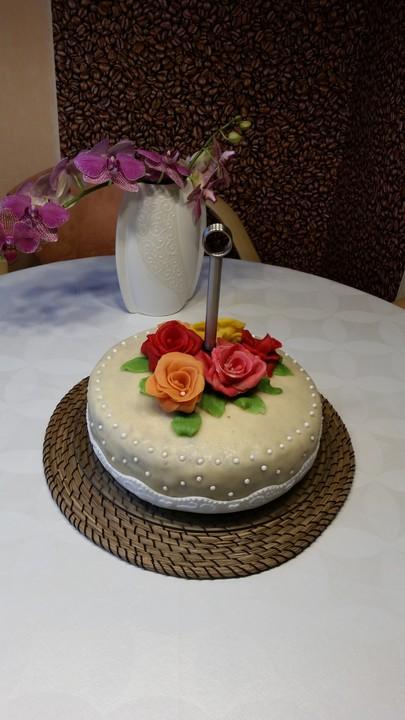 Hochzeitstorte Mit Mandelbuttercreme Und Marzipanverzierung Von