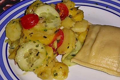Kartoffel-Radieschen Salat mit Salatgurke und Kräutern 10