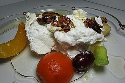 Vanille-Joghurt-Creme mit Walnüssen und Früchten