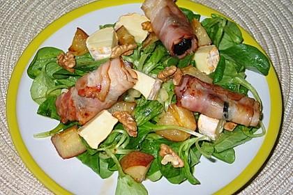 Feldsalat mit Birne, Walnüssen, Camembert und Speckpflaumen