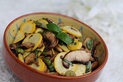 Travelamigos Zucchini-Champignon-Salat mit Balsamicovinaigrette