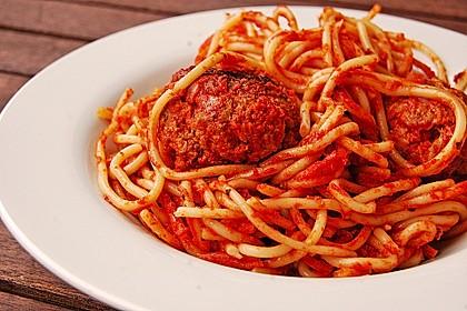 Spaghetti mit Tomatensoße und Hackklößchen