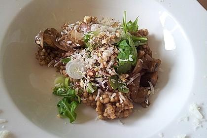 """Buchweizen """"Risotto"""" mit Rucola und Zwiebel-Champignon-Gemüse"""