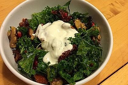 Grünkohlsalat mit Oliven, Nüssen und getrockneten Tomaten