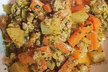 Kartoffel-Hackfleisch-Topf mit Schmand und Möhren (Bild)