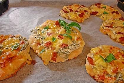 Mini-Pizzen mit Lauchzwiebeln und Salami