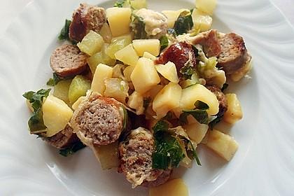 Überbackener Kartoffel-Kohlrabi-Bratwurst-Auflauf für 2 Personen