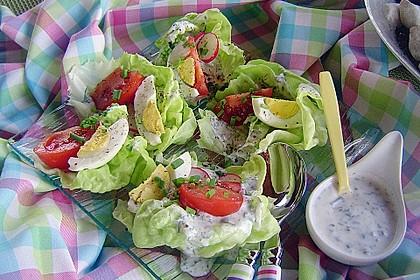 Bunte Kopfsalatnester mit Joghurt-Kräuterdressing 4