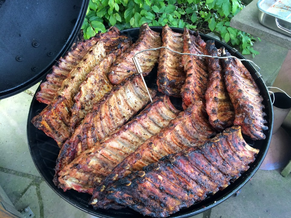 Spareribs Auf Dem Gasgrill Schnell : Köstliche bbq spareribs für smoker und backofen mit soße und