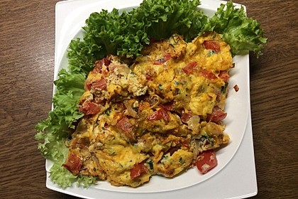 Zwiebel-Tomaten-Lauchpfanne mit Petersilien-Ei (Bild)