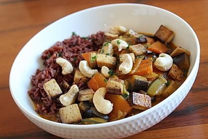 Gemüsepfanne vietnamesischer Art mit Tofu und Curry-Kokos-Sauce (Bild)