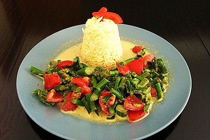 Grüner Spargel mit Cocktail-Tomaten an Reis
