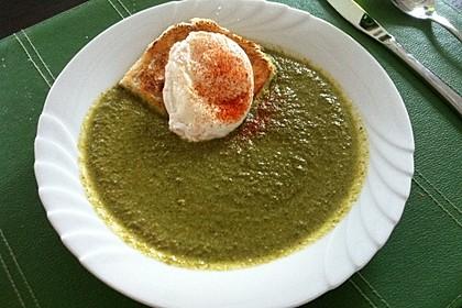 Grüne Suppe mit pochierten Eiern (Bild)