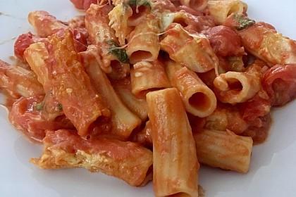 Cremiger Nudelauflauf mit Tomaten und Mozzarella (Bild)